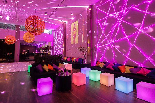 Que tal uma decoração neon e moderna para a festa de 15 anos? Dri Nardozza assina o conceito que é boa inspiração para quem quer fugir do clássico!